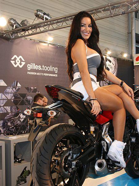 Model Jeanette Plug präsentiert Teile von GILLES Tooling