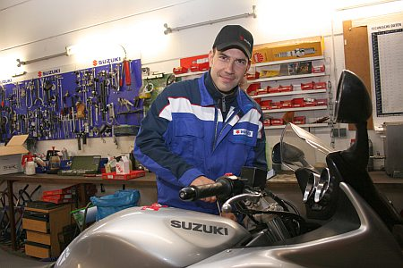 Mechaniker Sascha Reichl in der Werkstatt beim Reparieren