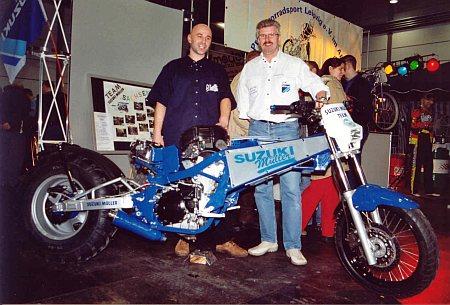 Motorsport im Gelände: Fahrer Torsten Altmann und Teamchef Jens Mueller mit Hillclimbing-Maschine