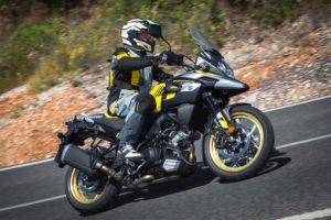 Suzuki V-Strom 1000 schwarz gelb fahrend