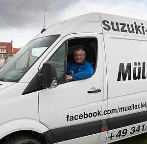 Suzuki Müller holt Motorrad im Winter bei Kunden ab